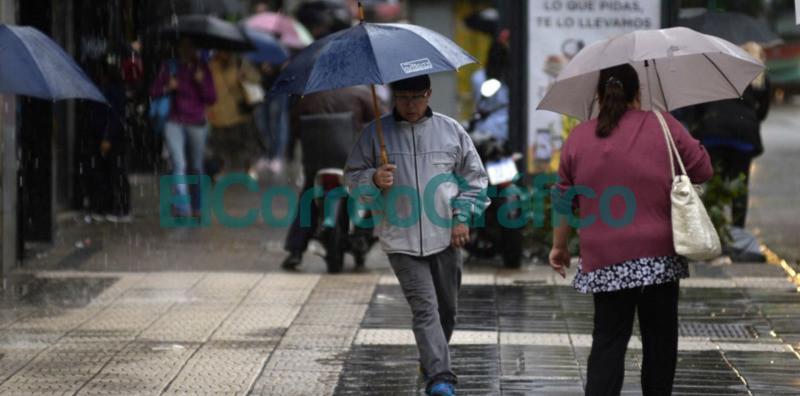 Lluvia tormenta transeuntes con paraguas