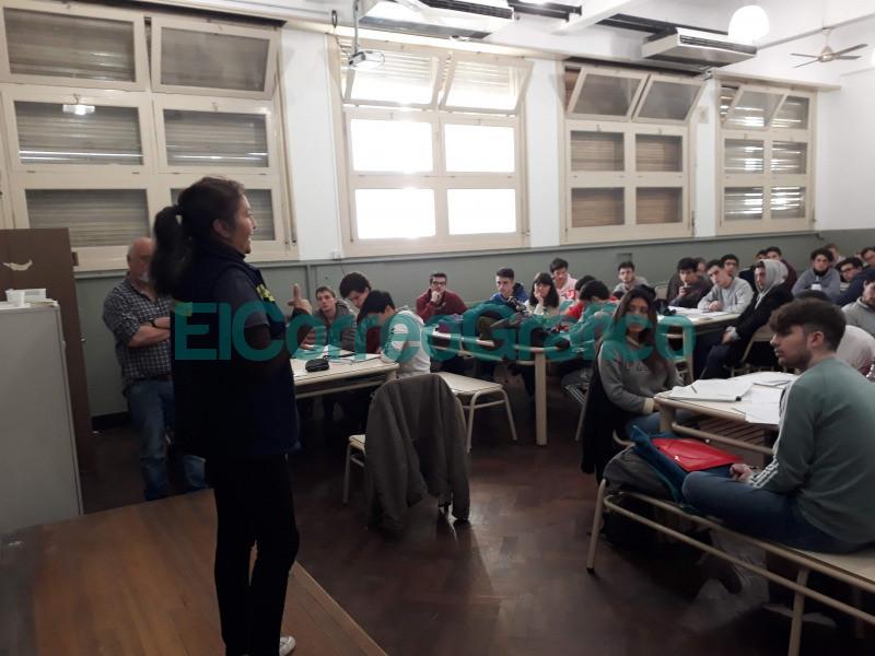 Charla de promotora ambiental en un aula de la Facultad de Ingenieria para la visibilizacion del trabajo cartonero.