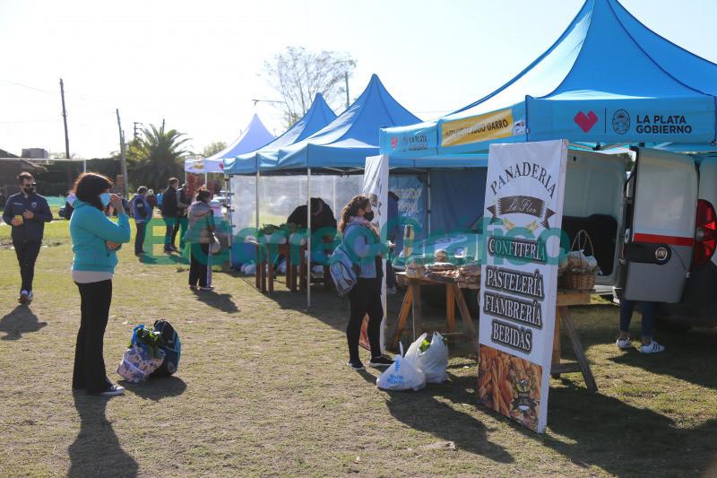Con gran exito debuto la Feria Municipal en Los Hornos 1