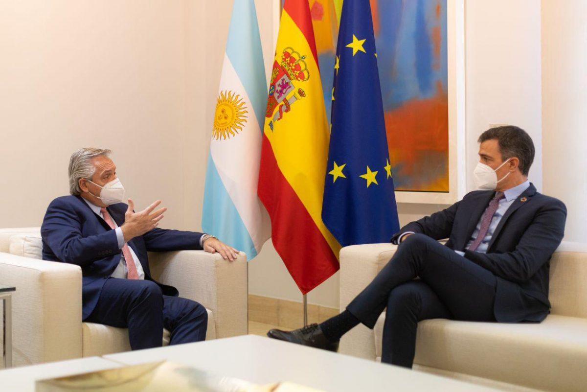 Fernandez con el Rey Felipe VI de Espana y con el presidente Pedro Sanchez 1