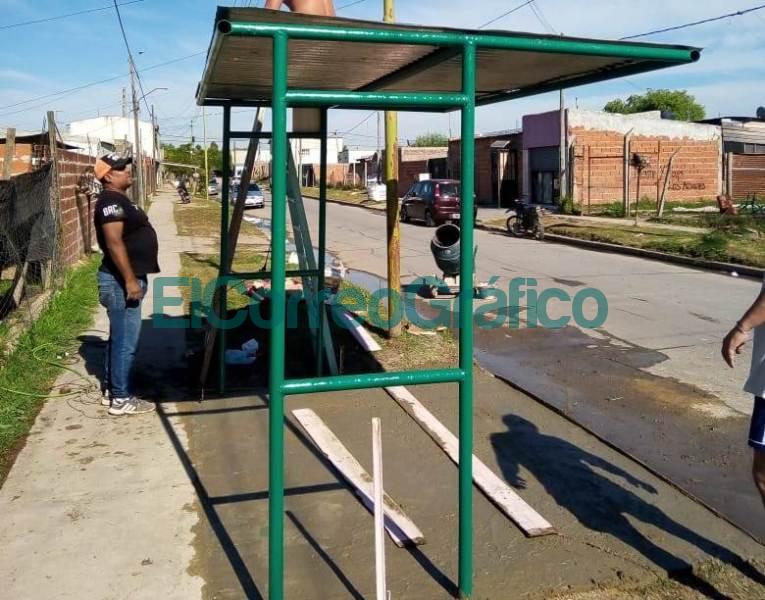 Los vecinalista de VAMOS instalaron 2 paradas de colectivos 08