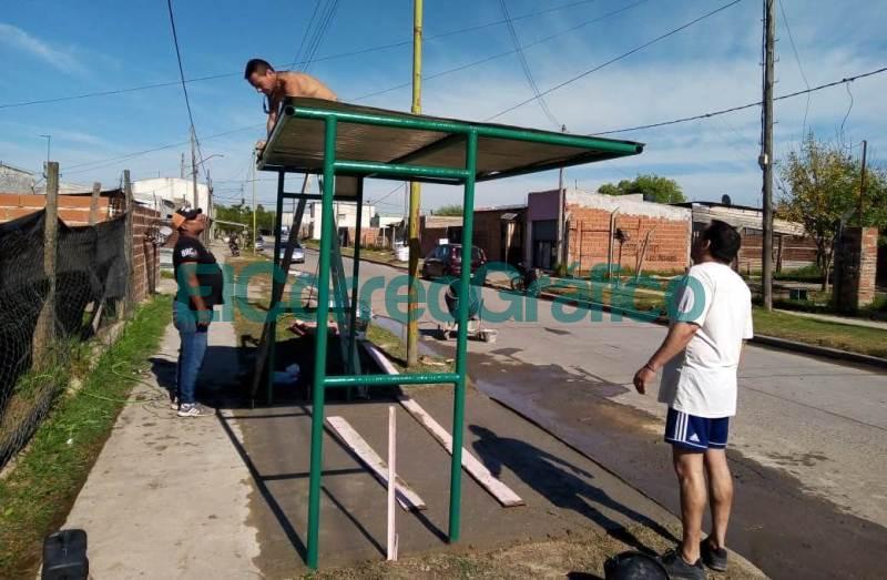 Los vecinalista de VAMOS instalaron 2 paradas de colectivos 10