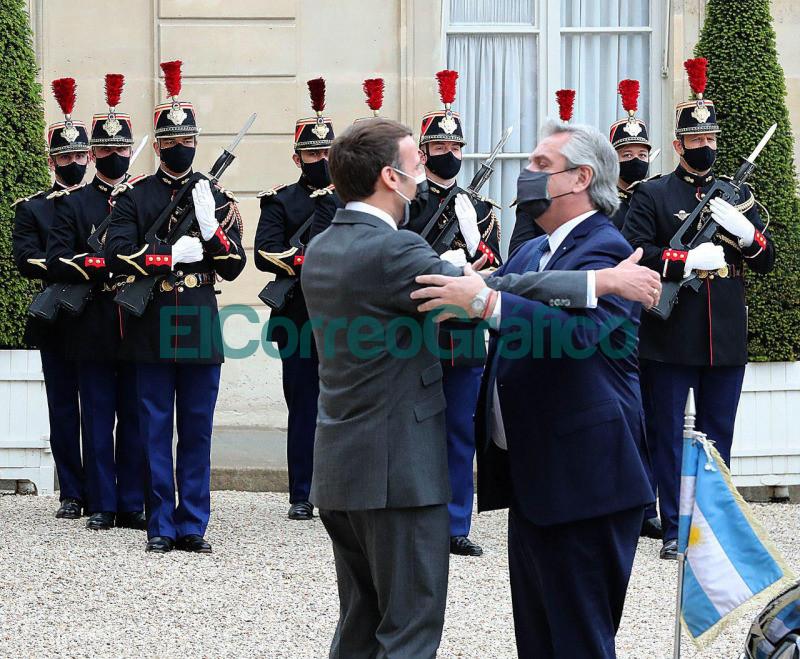 Macron palmeo a Alberto Fernandez 2