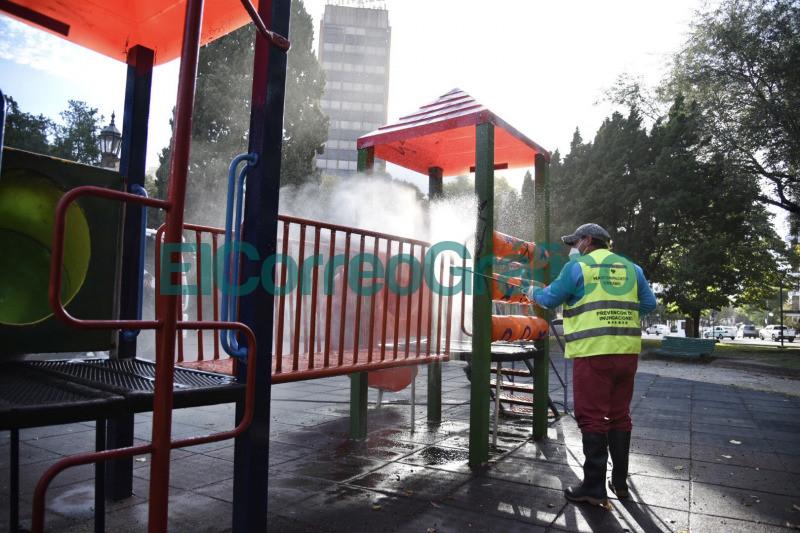 Realizan tareas de hidrolavado y desinfeccion en espacios verdes 2