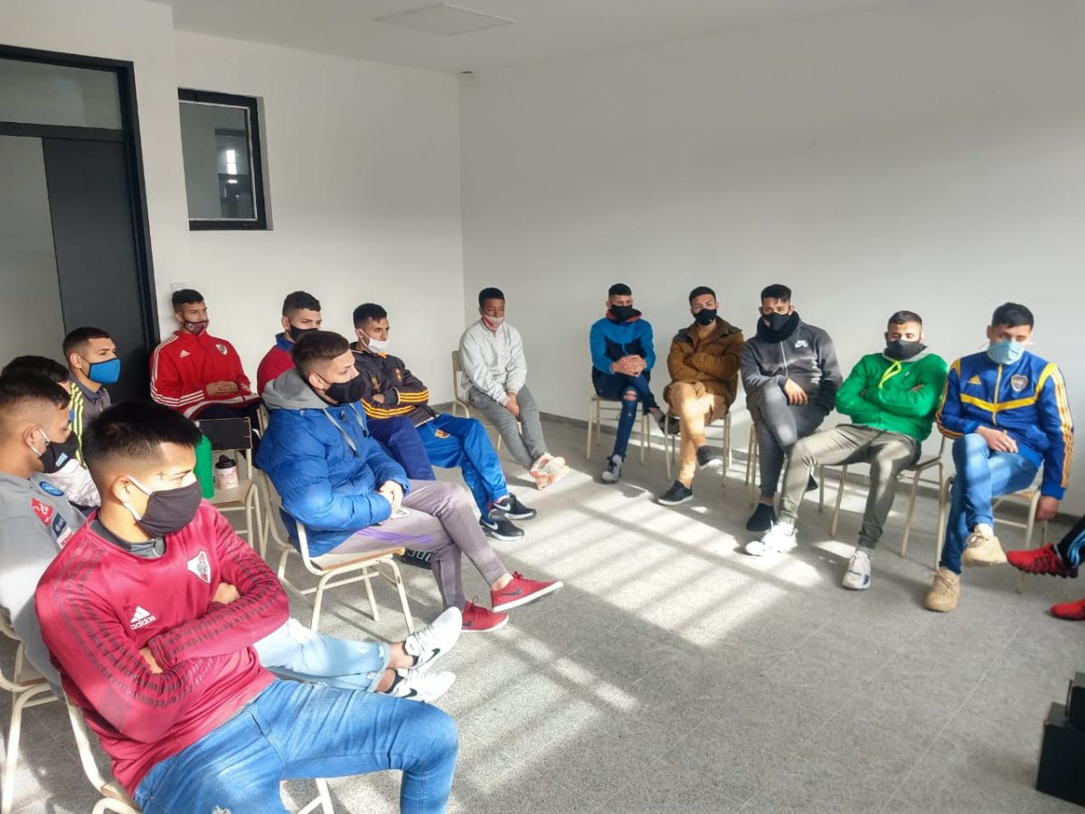 Capacitan virtualmente a unos 1500 presos como Directores Futbol Infantil 2