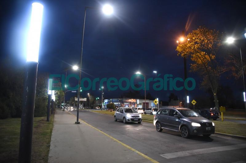 El ingreso a Los Hornos con nuevas luminarias LED tipo vela