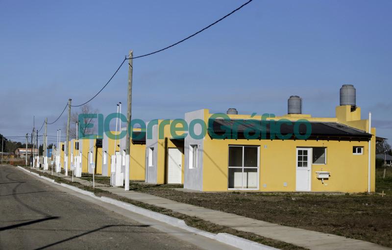 Kicillof y Alvarez encabezaron el acto de entrega de 53 viviendas en Ranchos 1