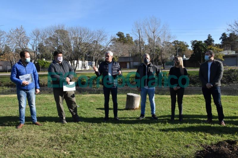 Las Colectividades realizaron una plantacion de arboles por la Paz 5