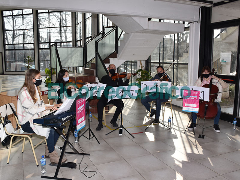Quinteto de Cuerdas Municipal acompano la espera en el vacunatorio del CEAS UNLP 1