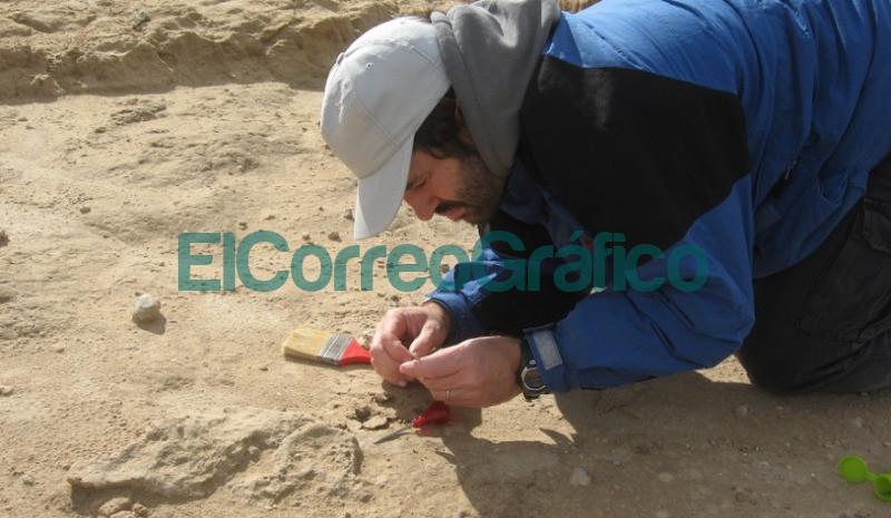 Daniel Tassara durante el descubrimiento del fosil cerca de la ciudad de Miramar