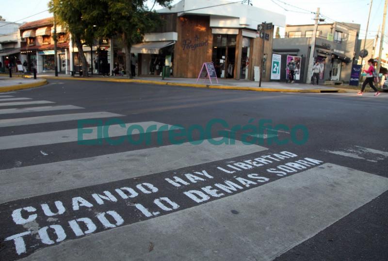 En la Plata pintaron en sendas peatonales frases alusivas al Dia de la Independencia 2