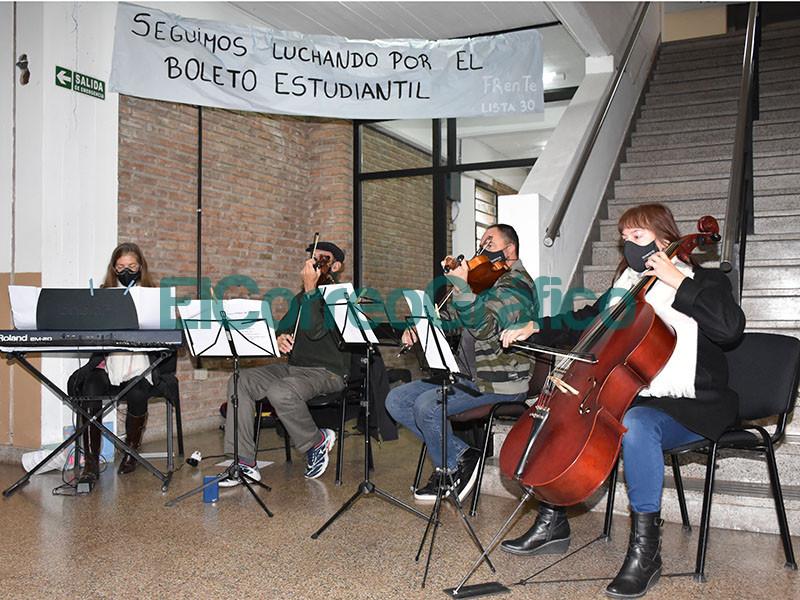 Quinteto de Cuerdas Municipal en en el vacunatorio de la UTN 2